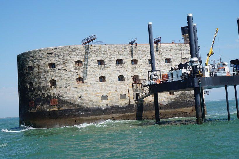 Voir depuis le bateau le phare Richelieu, le phare du bout du monde, l'île d'Aix et Fort Boyard