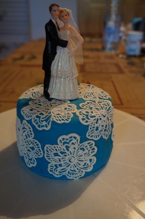 LE wedding cake bleu à fleurs dentelle
