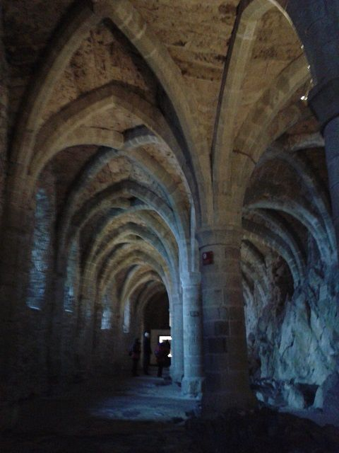 Le château de Chillon, près de Montreux en Suisse. Planté sur sur son rocher dans le Lac Léman, avec ses caves qui ressemblent à une cathédrale, ses poêles en céramique.