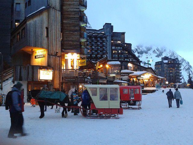 Avoriaz :  ses skieurs aux bas des immeubles, ses calèches... et son genépi...