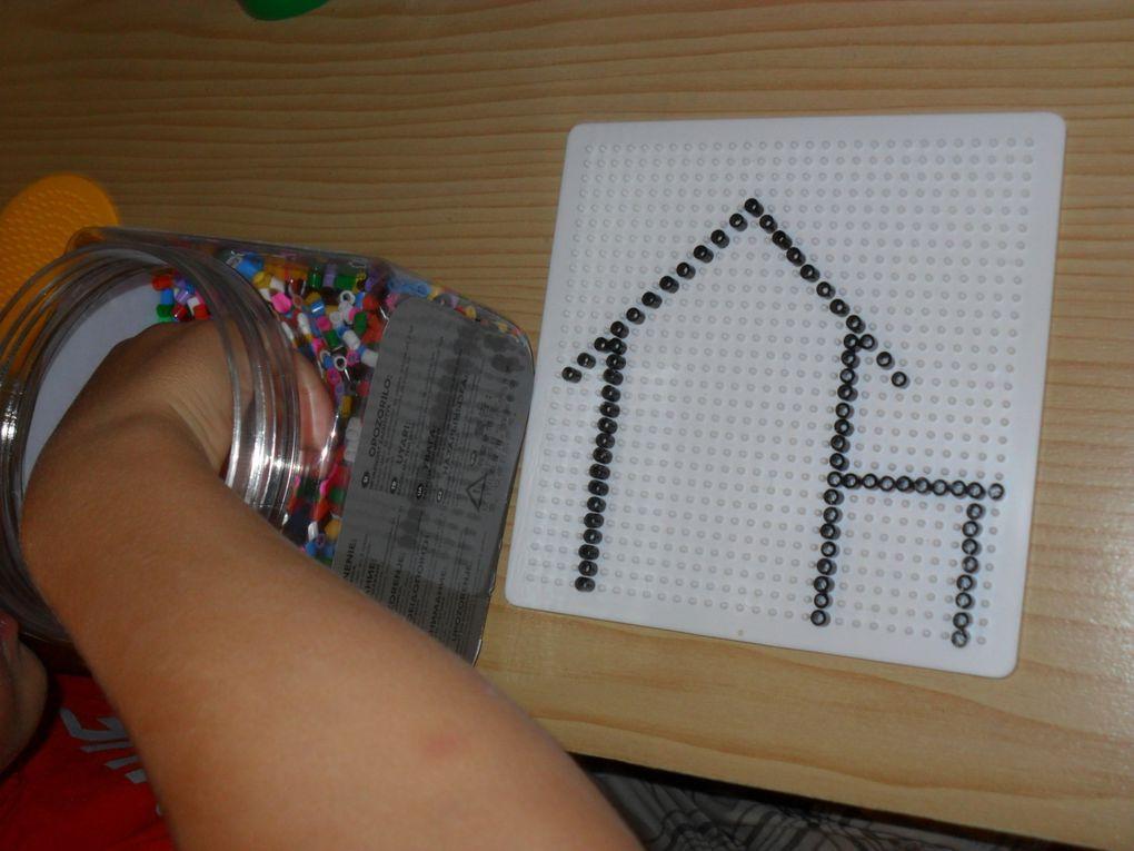 Perles à repasser. Avec les magnifiques maisons de Lucas et Mathieu : la plaque blanche pour Mathieu, la plaque jaune pour Lucas.