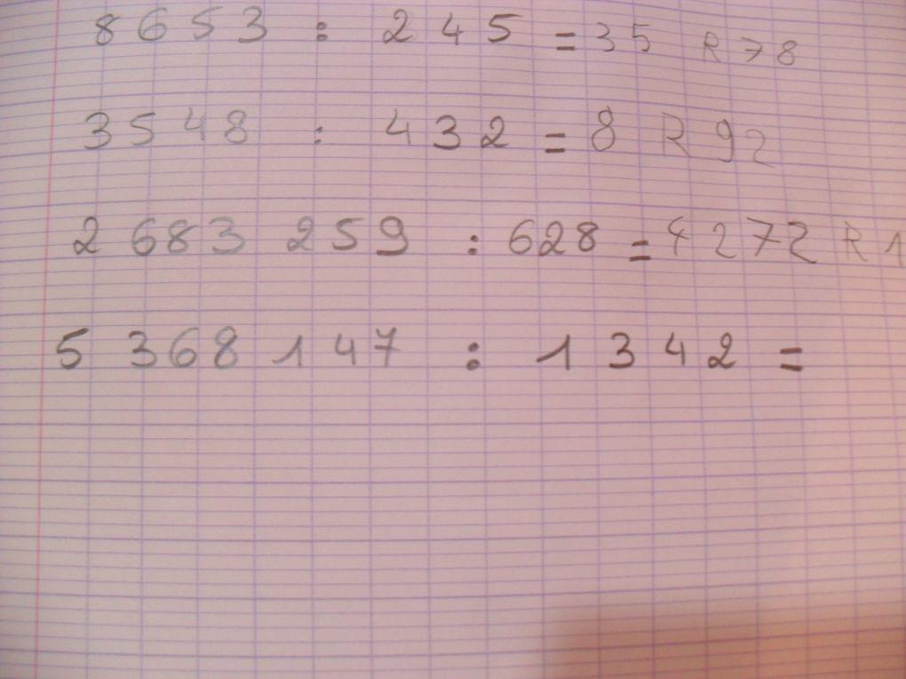 Division par des grands nombres avec les tableaux de divisions Montessori