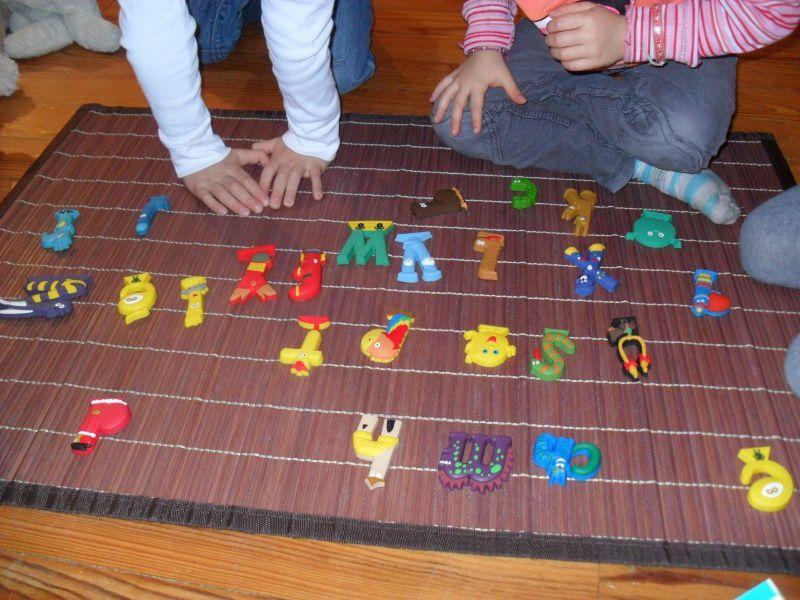 Petit jeu avec les Alphas. Ce n'est pas Montessori, mais les enfants adorent.