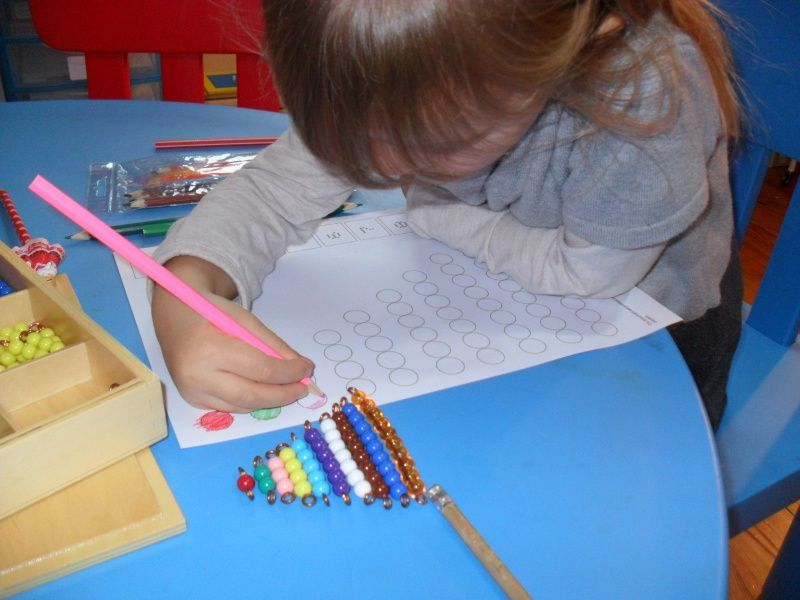 Elle colorie des fiches de Boutique Documents Montessori.