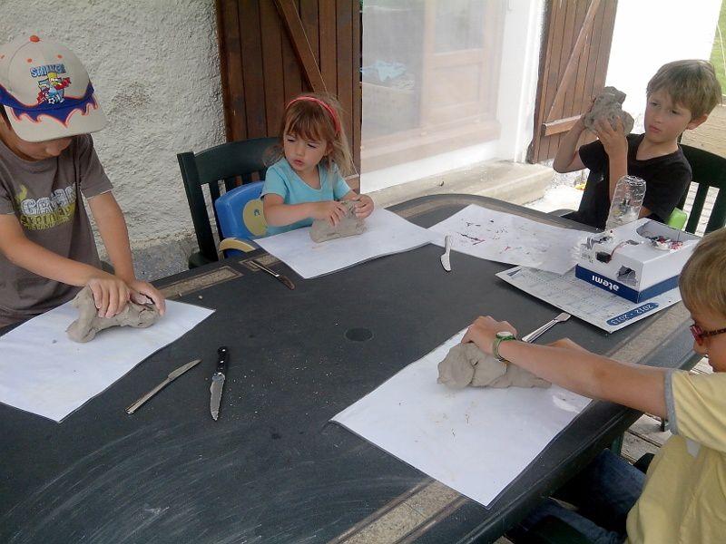 Atelier argile pour tout le monde. Jonah et Alana se transforment en hommes préhistoriques et s'inventent des coupes, Lucas se fabrique un commandant d'armée et Mathieu construit les décors de son phare.
