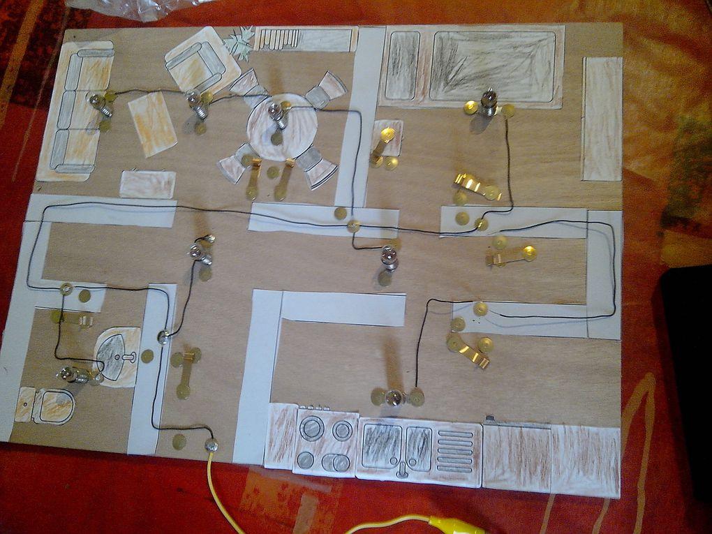 Comment fonctionne le circuit électrique dans une maison ? Une merveilleuse façon de faire des mathématiques : sur le plan, les mesures sont données en millimètres. Mathieu devait les convertir en centimètres. Premières soudures également, pour son plus grand plaisir!