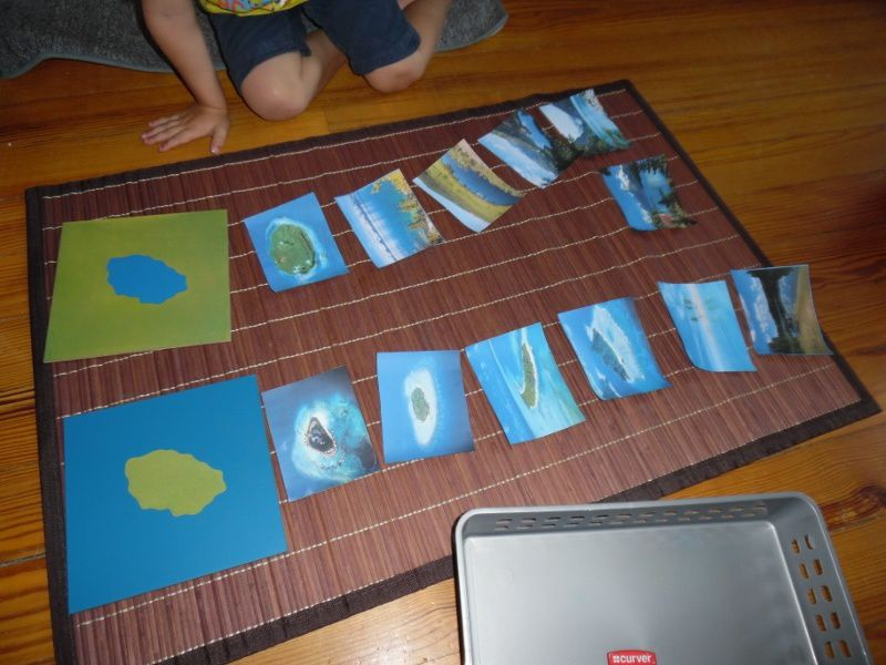 Lac et île, avec de jolies photos. Les enfants se corrigent en retournant les images.