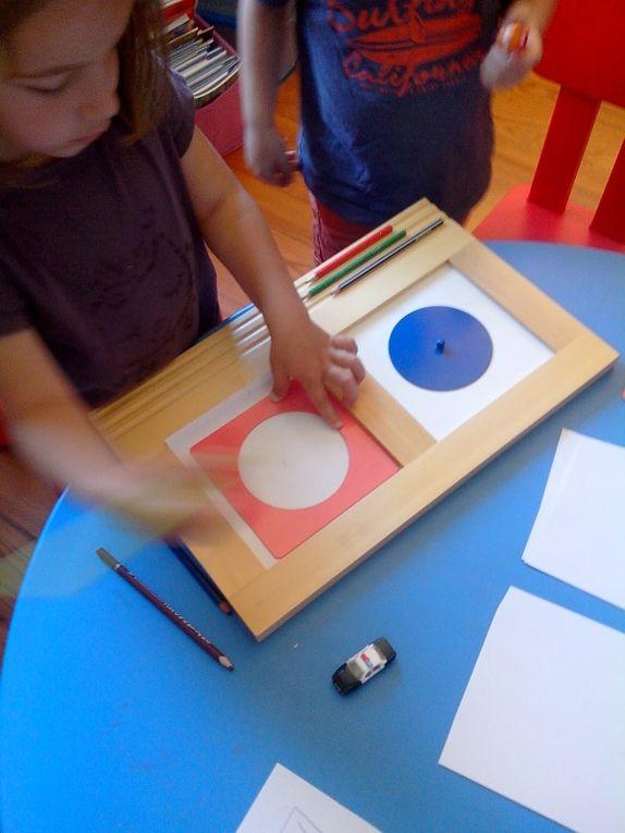 Chaque jour, les enfants ont eu le temps de choisir des activités Montessori. Ici :  les formes à dessins.