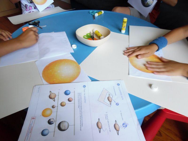 Les enfants ont fabriqué un mobile sur notre système solaire.