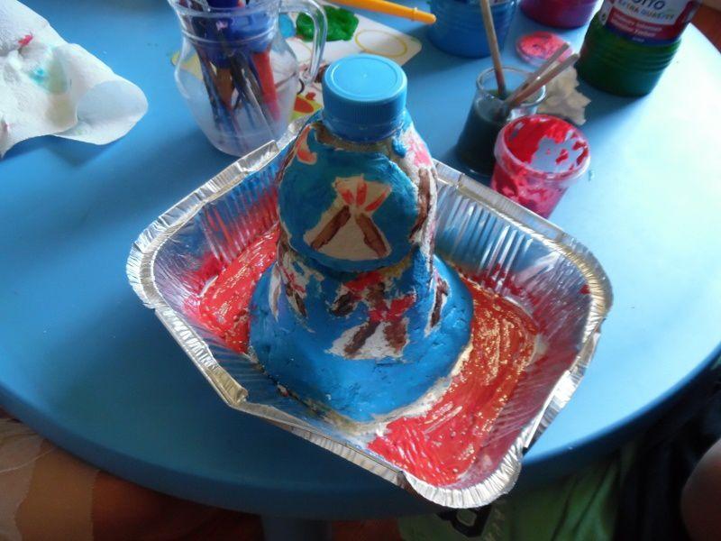 Les enfants ont peint le volcan fabriqué la veille.