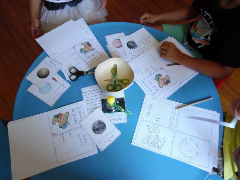 Les enfants ont commencé un petit livret sur les planètes.