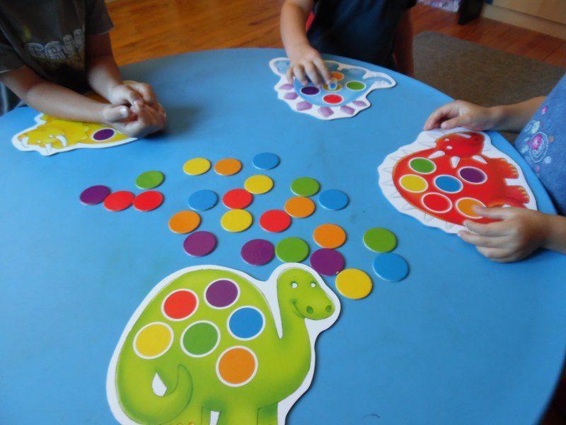 Le jeu des dinosaures des couleurs.