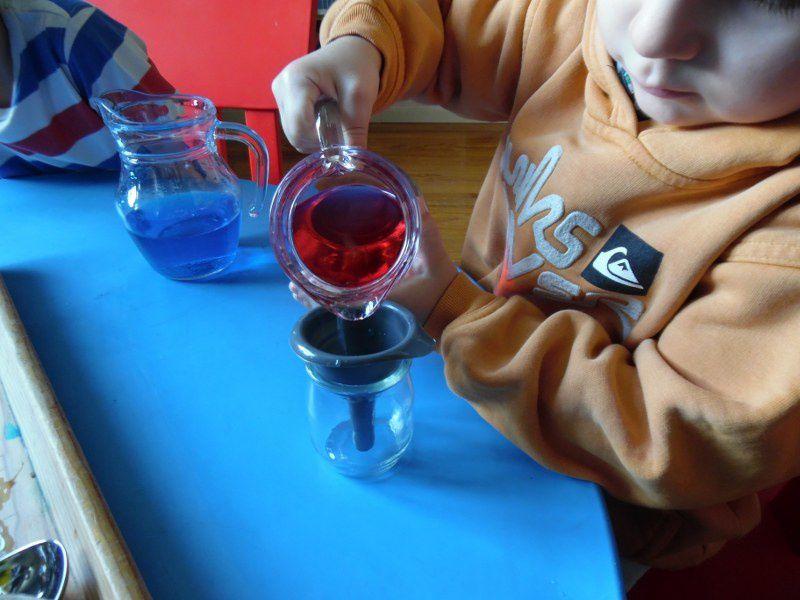 Fabriquer des petits pots de couleurs primaires et secondaires : mélanger le rouge et le jaune, le bleu et le rouge, le bleu et le jaune.