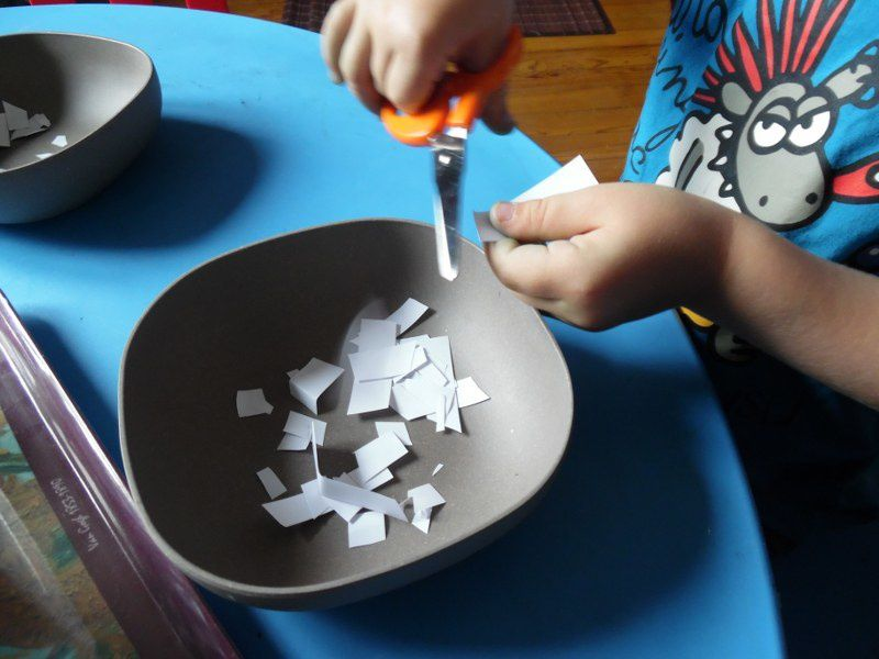 Un grand grand moment pour les enfants :  la découverte de la paire de ciseaux.