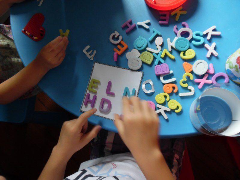 Coller des gommettes avec des lettres présentes dans le prénom.