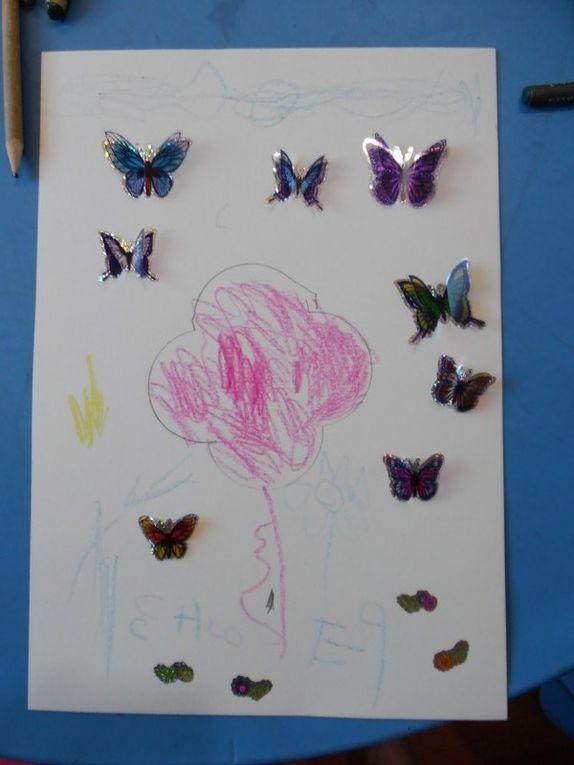 Grâce aux formes à dessins, les enfants ont dessiné une jolie fleur puis ils ont collé des papillons en 3D.