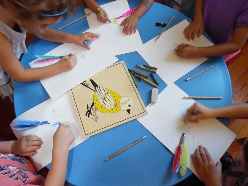 Les enfants ont ensuite reproduit l'ovoïde sur une feuille avec les formes à dessins. Puis ils ont tracé la tête du petit oiseau qui casse sa coquille pour sortir de son oeuf. Ils ont ensuite collé de jolies plumes à leur oisillon.