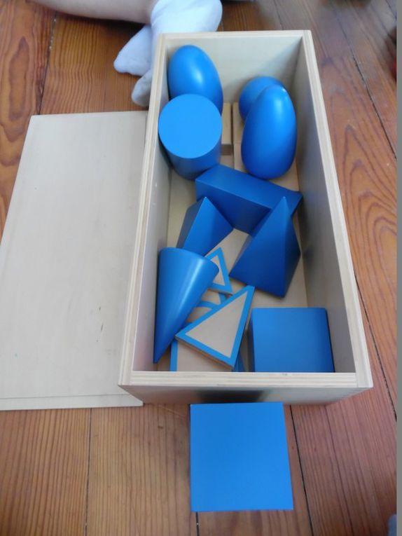 Les enfants ont tellement aimé cette activité, qu'ils ont demandé à faire la même chose avec les volumes géométriques.