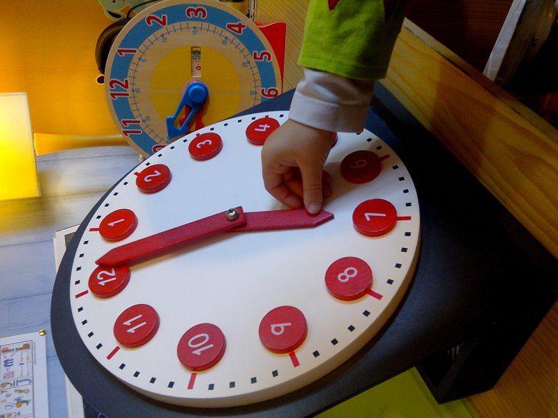 Premières notions avec l'horloge Montessori.