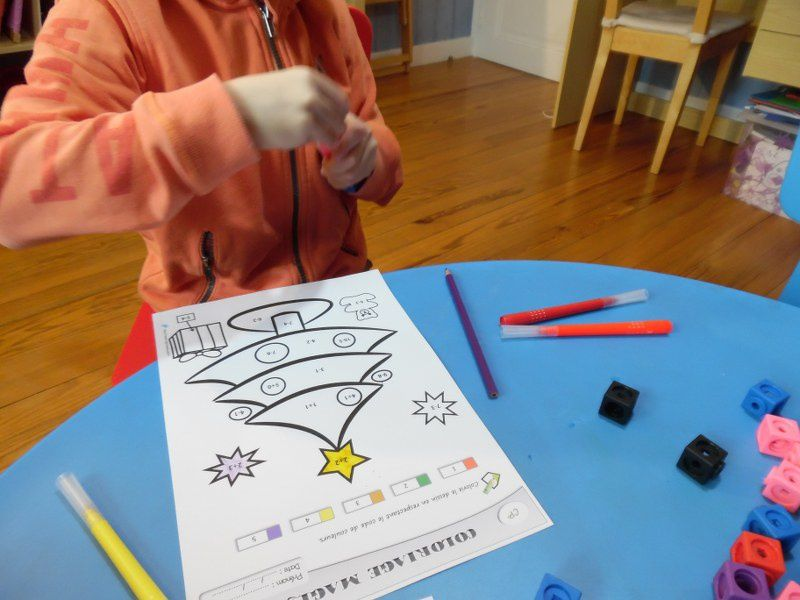 Coloriage magique : petites additions et petites soustractions en totale autonomie grâce aux petits cubes à emboîter. (Marceline a demandé à colorier un papillon).