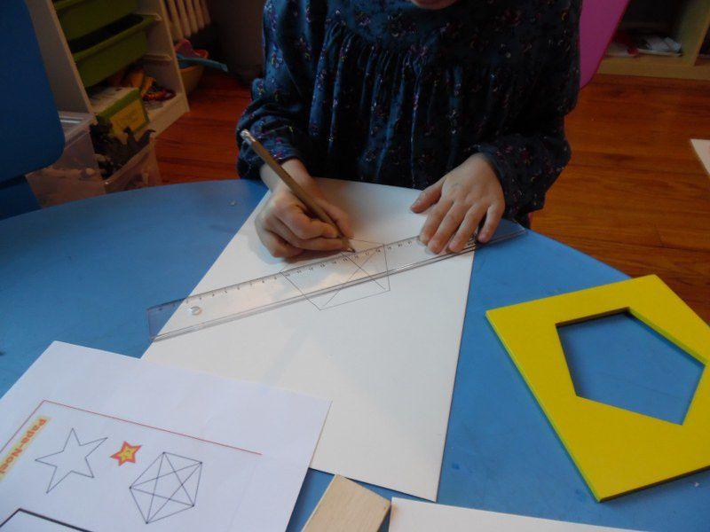 Tracer le pentagone grâce au cabinet de géométrie, relier certains sommets en utilisant la règle et colorier son étoile avant de la légender selon ses envies ! (avec un peu d'aide pour cette activité : je les ai guidés dans les tracés des segments).