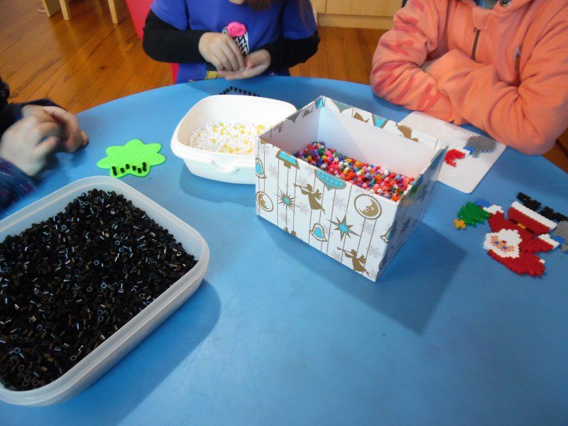 Les perles à repasser, idéales pour travailler la motricité fine, la concentration, et les mathématiques : suivre un modèle pour créer le Père Noël, ou créer un rythme pour l'étoile et le coeur.