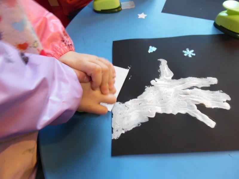 Enfin, ils ont utilisé des perforatrices et des feuilles pailletées autocollantes pour compléter leur tableau.