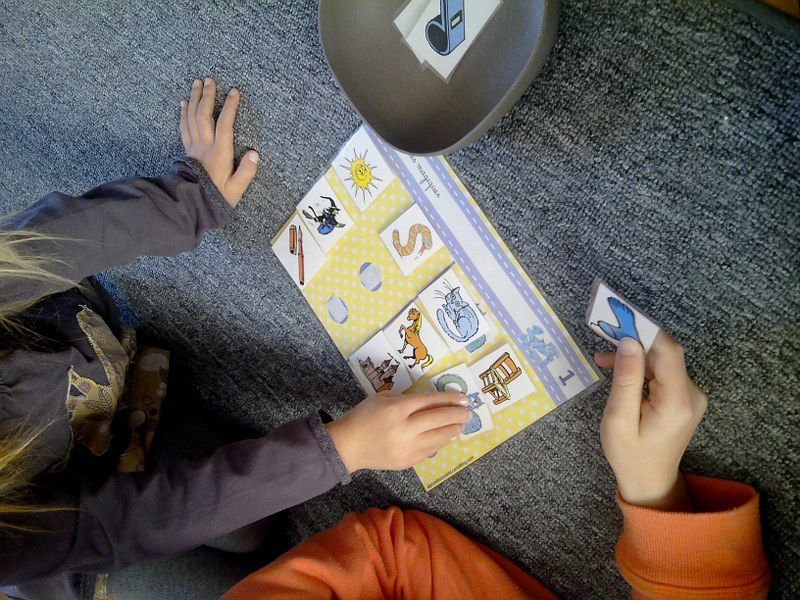 Jeux avec les Alphas pour différencier les sons proches en début de mots.