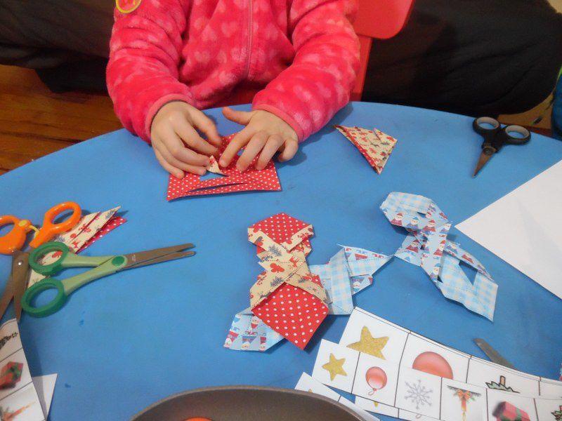 Même si Noël est passé, les enfants ont demandé de faire de nouvelles décorations... Découper, coller, plier, scotcher...