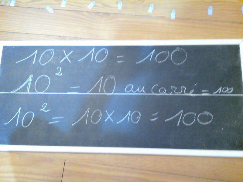 Chaîne de cent et nombres au carré.