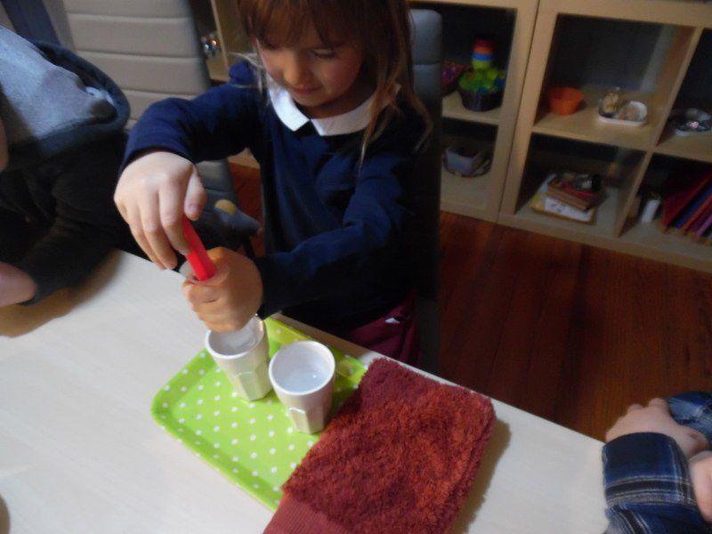 Transvasement d'eau à la seringue.