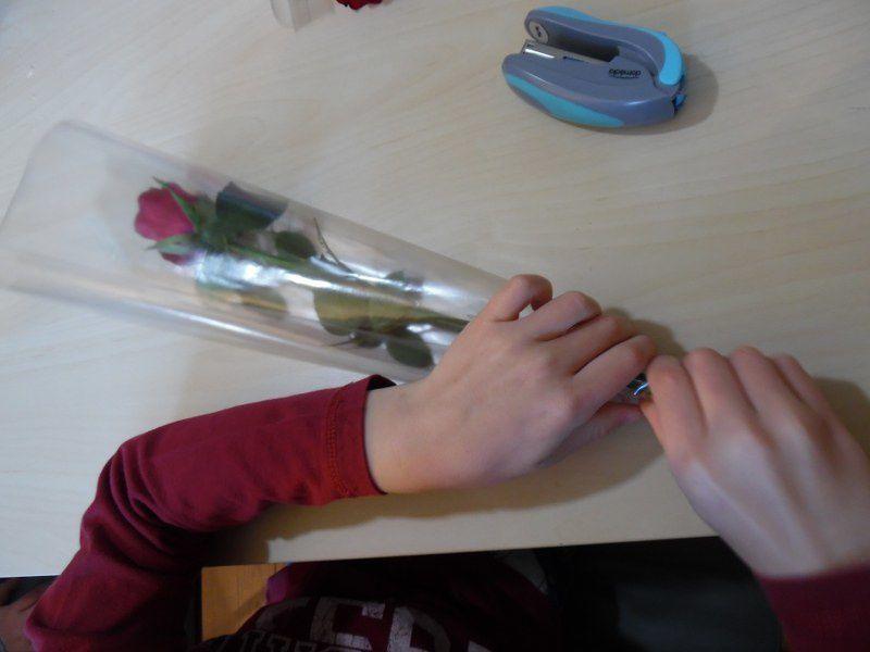 J'ai ensuite proposé aux enfants de jouer aux fleuristes pour offrir une rose à leur maman : découper, agrafer, transvaser de l'eau avec une seringue pour que chaque rose puisse attendre la fin de l'atelier dans de l'eau. Ecrire son nom sur une étiquette et la coller sur l'emballage de sa rose.