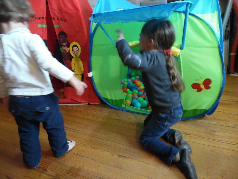 Il pleut, il pleut bergère ! Nous avons sorti les tentes, les balles et le circuit sensoriel.