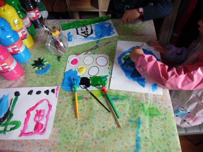 Préparation du cadeau de la fête des mères pour P, 3 ans et demi.