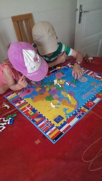 Un puzzle de l'Europe prêté par leur professeur d'anglais et y placer les stikeez.