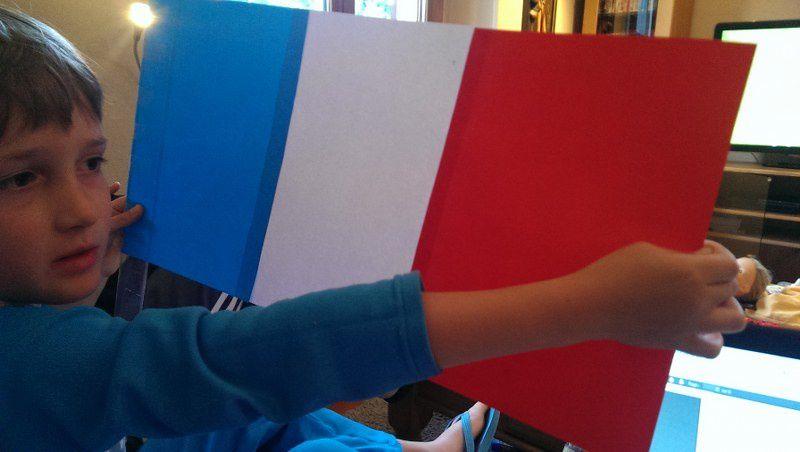 Nouveau match de la France : ils ont chacun créé leur drapeau : Lucas avec sa machine à coudre, les autres sur papier.