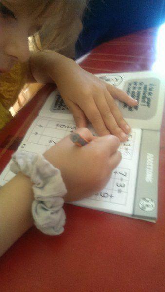 Un petit cahier que l'on vient de découvrir : Garam. Super pour travailler les opérations. Alana s'aide de cubes pour additionner ou soustraire.