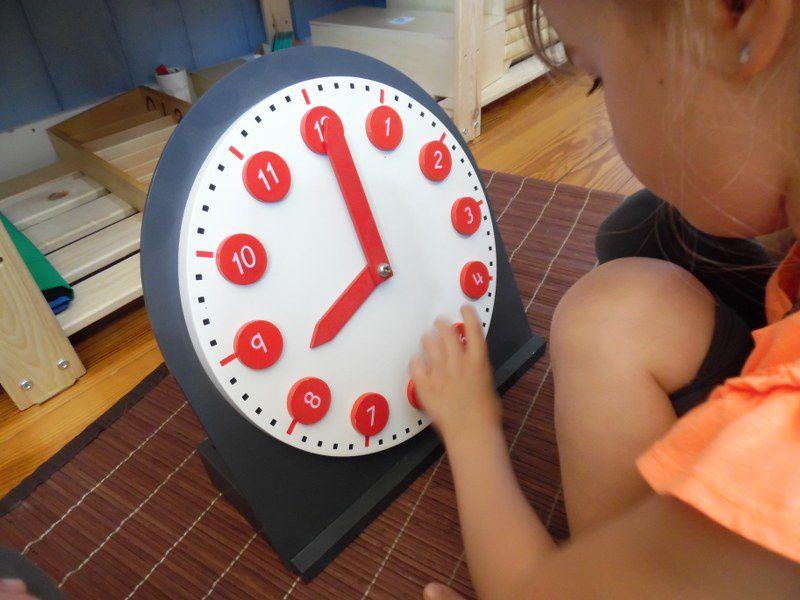 Travail avec l'horloge Montessori.