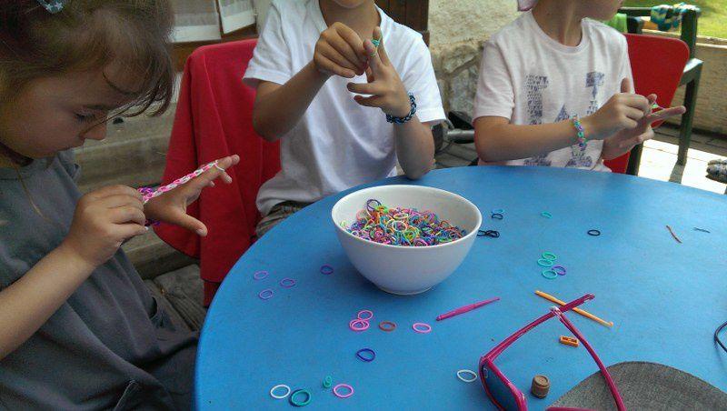 Les enfants se sont d'abord passionnés pour les bracelets-élastiques.