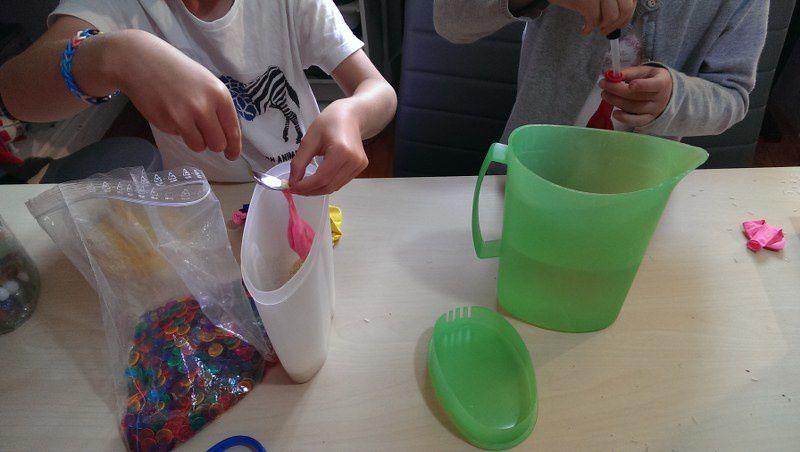 Les enfants ont personnalisé leurs ballons en collant des yeux et en dessinant les bouches.