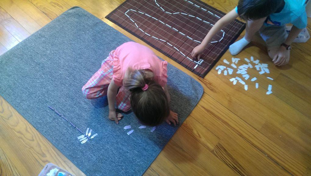 Alana et les perles Montessori