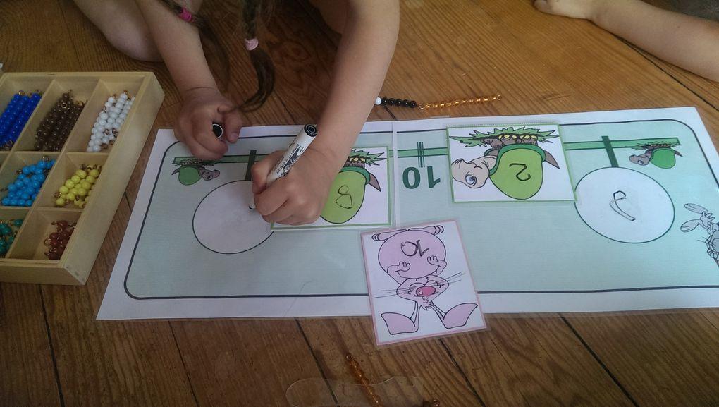 Alana choisit un chiffre correspondant au départ de la tortue. Elle choisit aussi le chiffre à ajouter qu'elle écrit sur le lapin. Elle prend les deux barrettes de perles correspondantes : celle du départ de la tortue, celle à ajouter. Elle compte les perles jusqu'à 10, échange les 10 perles contre une barrette de 10, marque combien elle a ajouté pour faire 10, puis compte les perles qui se trouvent après le cavalier et les change contre une barrette de perles noires et blanches. Elle écrit le chiffre que représente la barrette blanche et noire sur la deuxième tortue, puis compte le nombre total de perles.