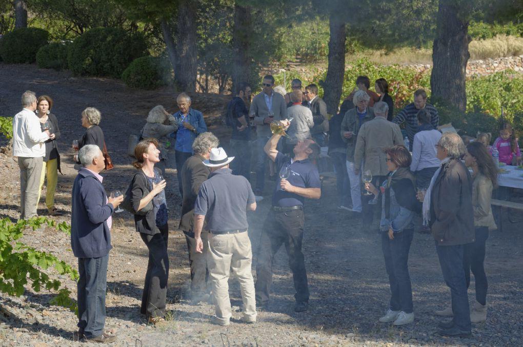 """La traditionnelle cargolade dans les vignes de Montpins est un des temps forts des Vendanges, hélas limité à quelques dizaines de personnes. Culte hédoniste immortalisé par des scènes en liberté : le muscat plus ou moins bien bu au porró après une démonstration de Michel Adroher&#x3B; Jean-Paul et Joëlle Kauffmann dégustant les escargots à la mode catalane&#x3B; du vin, des vignes, des grillades, des rires, des conversations. Bref, l'art du """"parler ouvert"""" cher à Montaigne, """"qui ouvre un autre parler et le tire hors comme font le vin et l'amour""""."""