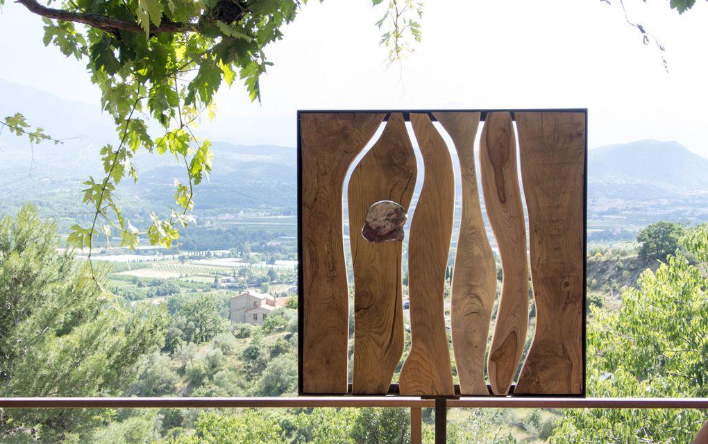 Les œuvres en plans rapprochés sont présentées dans cet ordre : tableaux de Jie-Yeon JEON , sculptures de Jorge MANZANO et sculptures composites de TRENCAROCS