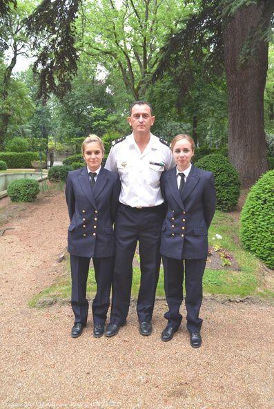 L' Enseigne de vaiisseau de 1ère Classe ®(O) Antoine Raunet-Rondreux, en compagnie de deux récipiendaires.
