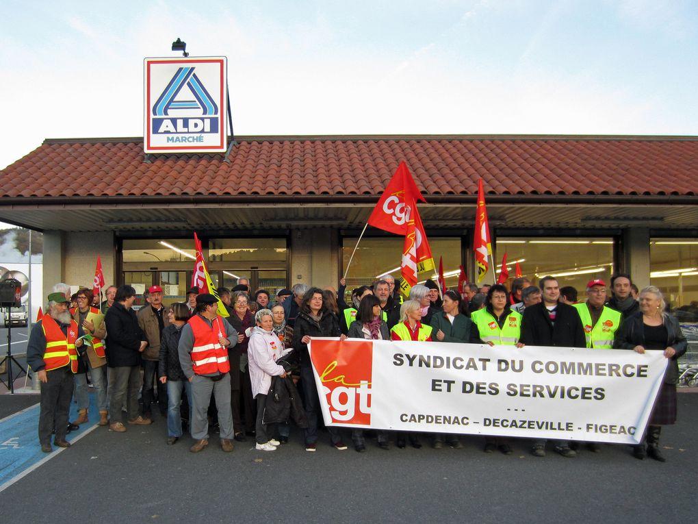La CGT manifeste devant la société ALDI Marché pour lutter contre la répression syndicale.