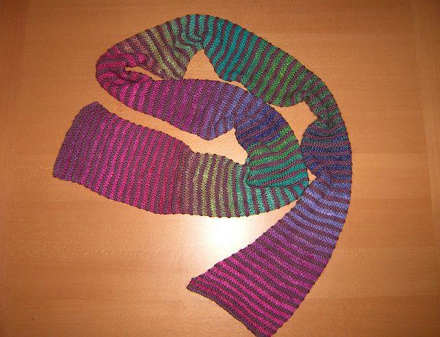 Récemment, j'ai découvert la laine Noro - fil japonais composé de 45% mohair (ça gratte un peu), 45% soie, 10% laine, et qui change tout seul de couleur. Ici, deux modèles fabriqués cet automne.