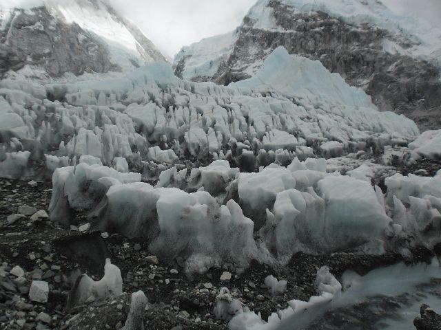 En bas de la cascade neige et glace fondent