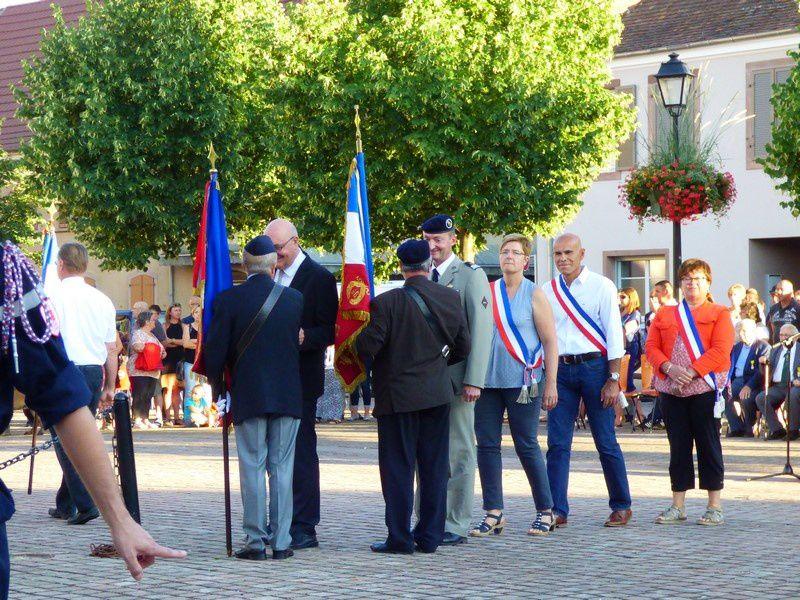 La cérémonie avec discours, dépôt de gerbes, la Marseillaise, hommage, et remerciements aux porte-drapeaux