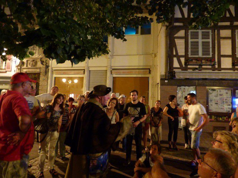 de la Rue St Jean en passant par la Place du Marché aux Fruits , la rue des Augustins avec son Manaken Pis, la rue Berthe Molly, la rue des Têtes, Place de la Sinne, Place de la Collégiale, retour en passant devant le Koïfuss...